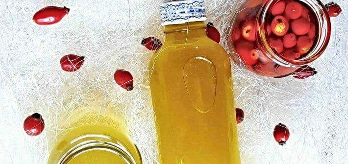 bylinné oleje, výroba, šípky, šípkový olej, mätový olej vo fľaške a šalviový olej v poháriku