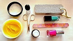 pedikúra doma, lak na nechty, sóda bikarbóna, nožnice, krém, pilník, pemza
