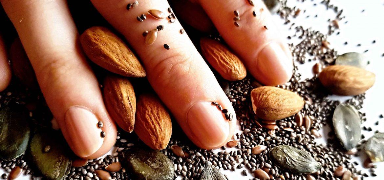 vitamíny na nechty, mandle, tekvicové semienka a chia semienka, zdravé nechty